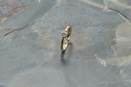 Solitario oro amarillo 18k 4 uñas delgado diamante central