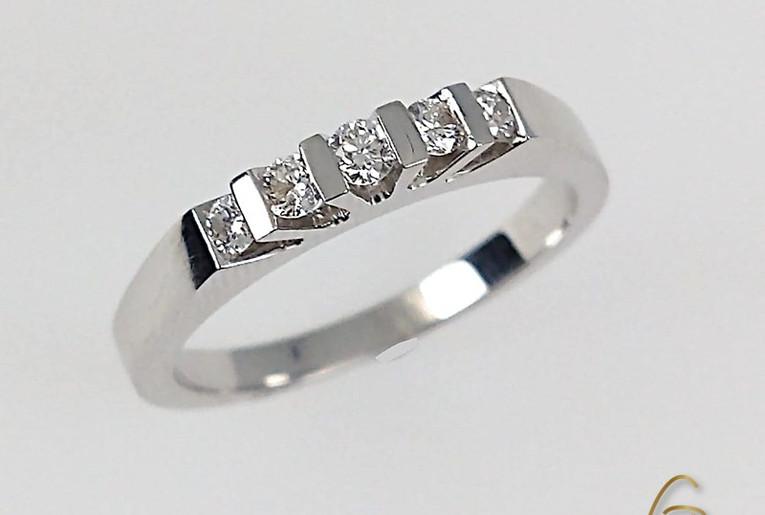 Argolla Oro Blanco 18k Cinco Diamantes