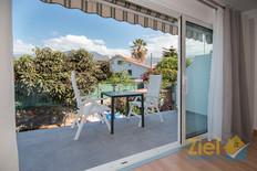 Breiter Zugang zum Balkon vom Wohnzimmer