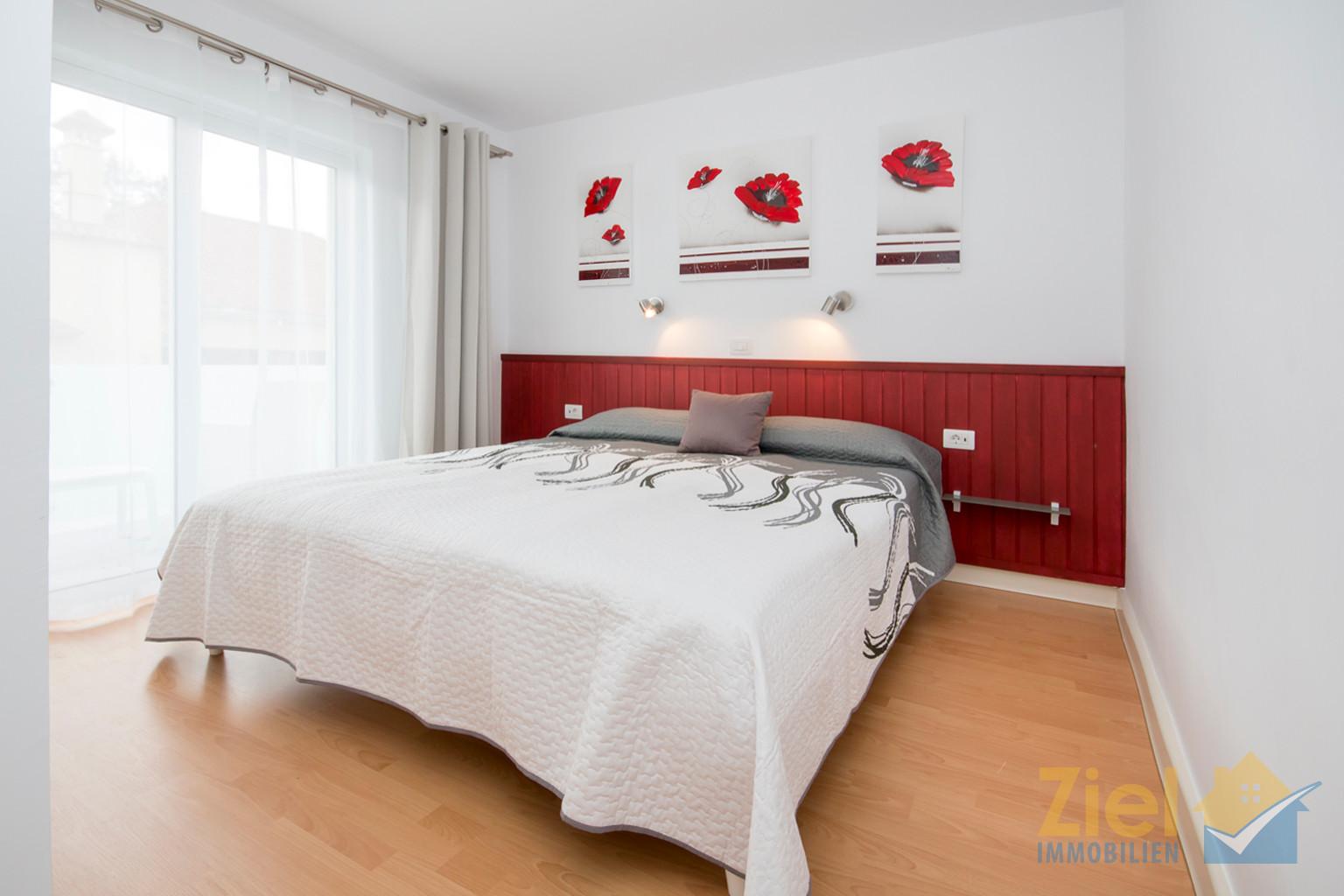 Schlafzimmer mit grossem Einbauschrank