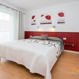 Schlafzimmer mit grossem Einbauschrank.jpg