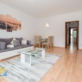 Wohnzimmer,_hell_und_geräumig.jpg