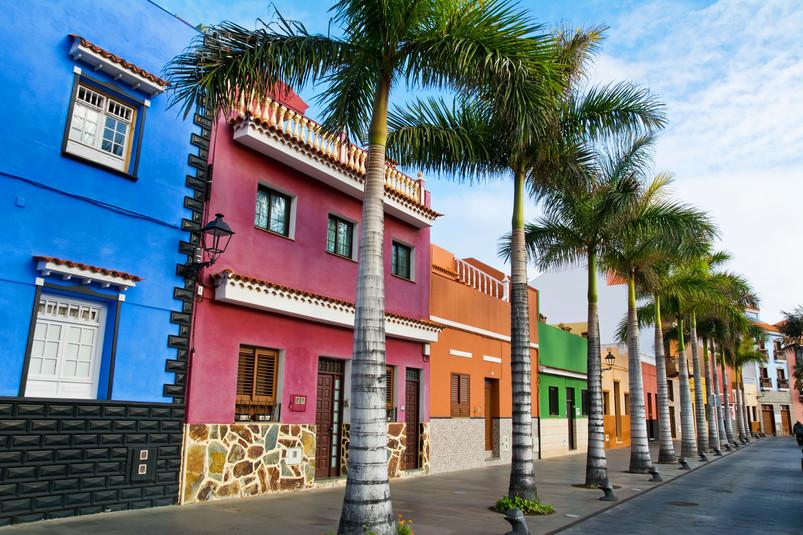 Farbenfrohe Häuser in der Fussgängerzone