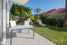 Gepflegter Garten bei Wohnzimmer Terrasse