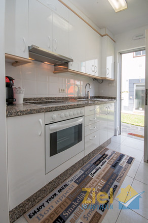 Helle Küche mit seitlichem Eingang