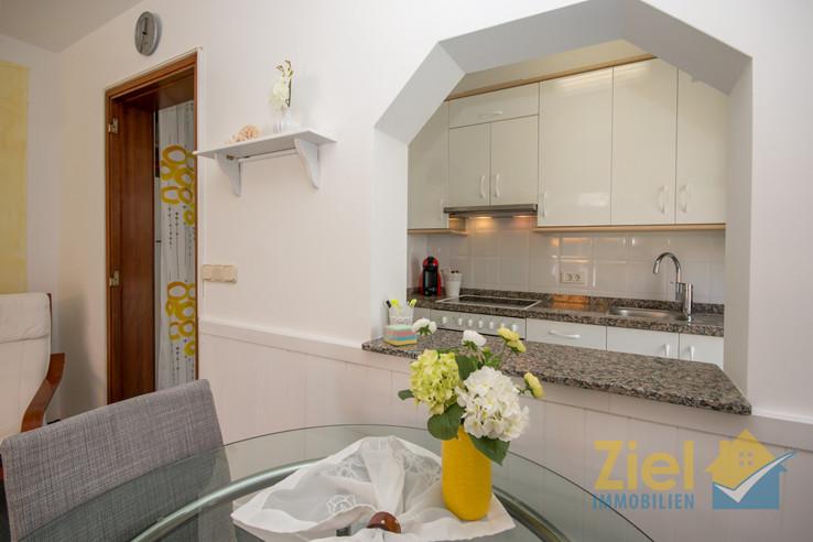 Blick in die Küche vom Esstisch