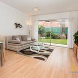 Lichtdurchflutetes Wohnzimmer mit Gartenterrasse.jpg
