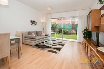 Lichtdurchflutetes Wohnzimmer mit Gartenterrasse