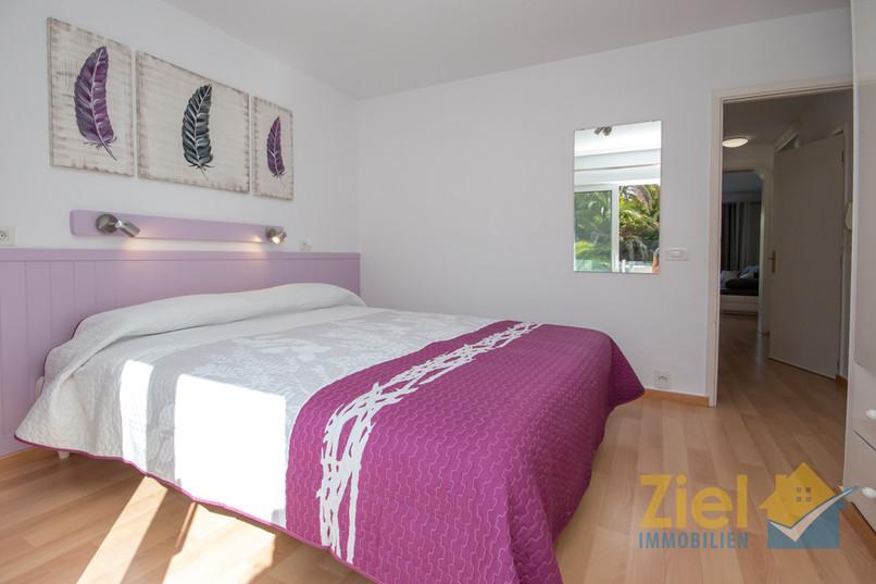 Doppelbett im Schlafzimmer Lavanda