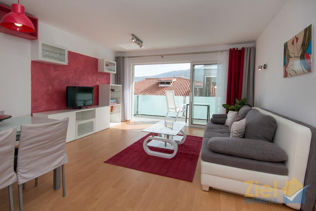 Luftiges Wohnzimmer mit Schlafsofa