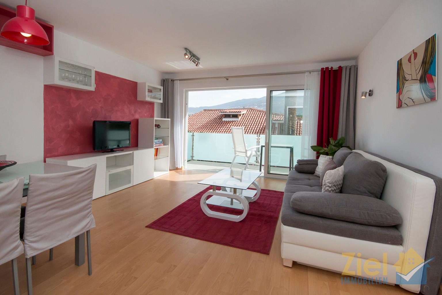 Wohnzimmer mit Balkon breitem Balkonzugang