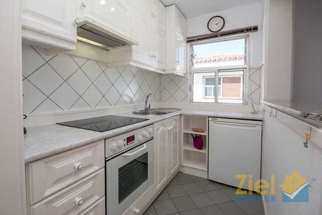Apartmentküche mit Durchreiche