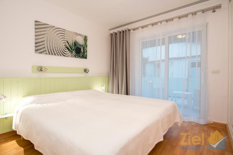 Schlafzimmer im grünen Apartment mit eigener Terrasse