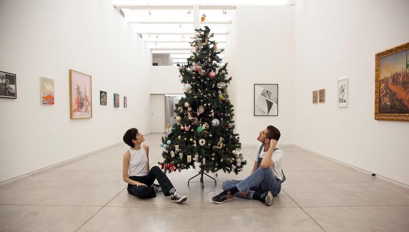 """Em 2020, nossa árvore se torna pública como uma instalação na exposição """"Amigo Secreto"""", na Galeria Kogan Amaro em São Paulo.  Foto: Bruno Rizzo."""