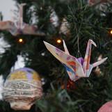 Origamis de tsurus feitos com papel e tinta aquarela.