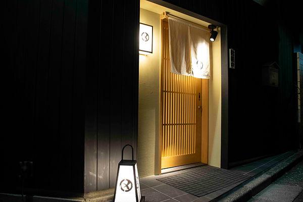 お店入口 夜.jpg