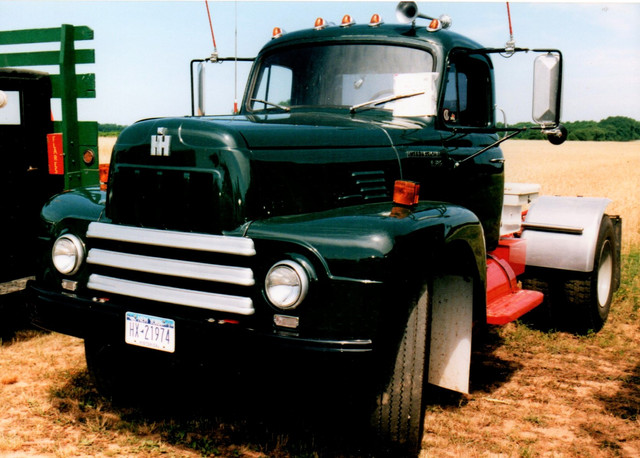 1960 International R-185 tractor - Bruce Young