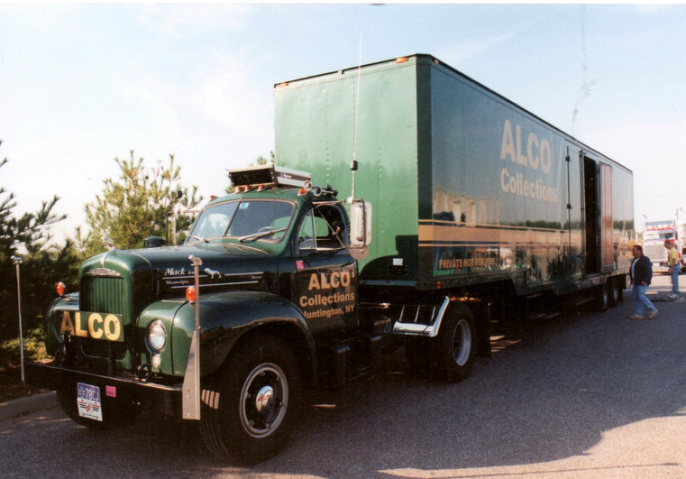 Tony Guarnaschelli's 1964 Mack  & 1953 Brown Bros. trailer