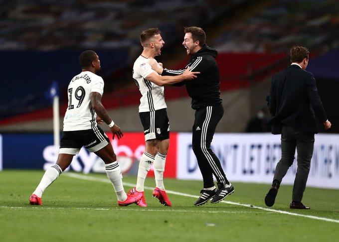 Joe Bryan decidiu a classificação do Fulham com dois gols contra o Brentford. (@FulhamFC)