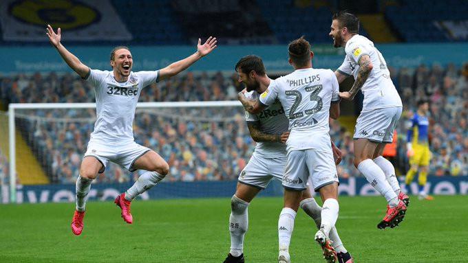 Jogadores do Leeds comemoram um gol contra o Stoke City. (Foto: @LUFC)