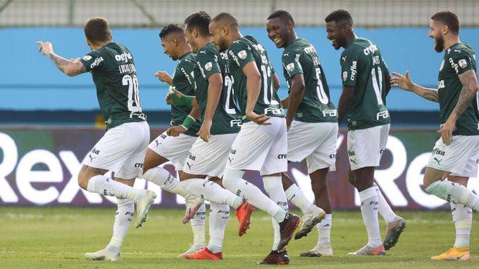 Jogadores do Palmeiras comemoram um dos gols. (Foto: @Palmeiras)