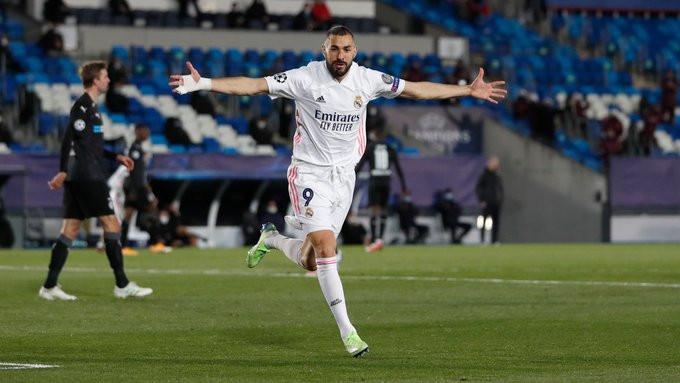Karim Benzema comemora um dos seus gols na vitória do Real Madrid. (Foto: @realmadrid)