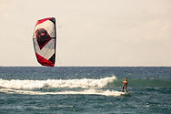 WESTGLISS: ECOLE DE KITESURF / BOUEE TRACTEE navigation en pleine eau pendant un cours de kitesurf à l'école de Pentrez