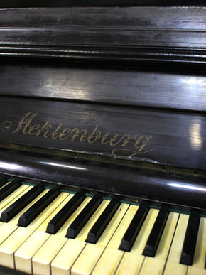Классическое пианино Meklenburg, конец XIX-начало XX века. Стартовая цена 120 000 р.
