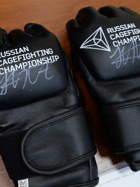 Профессиональные перчатки для смешанных единоборств с автографом непобежденного чемпиона UFC Хабиба Нурмагомедова. Стартовая цена 70 000 рублей.