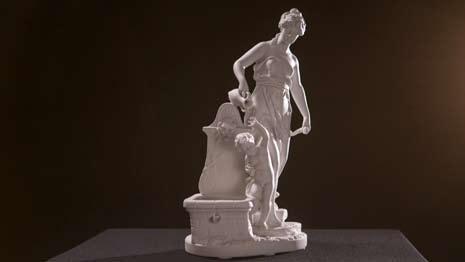 Антикварная фарфоровая статуэтка «Женщина, купающая ребенка», конец XIX — начало XX века
