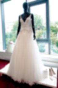 Schwarze Schaufensterpuppe mit Brautkleid bei Ilse-Moden.