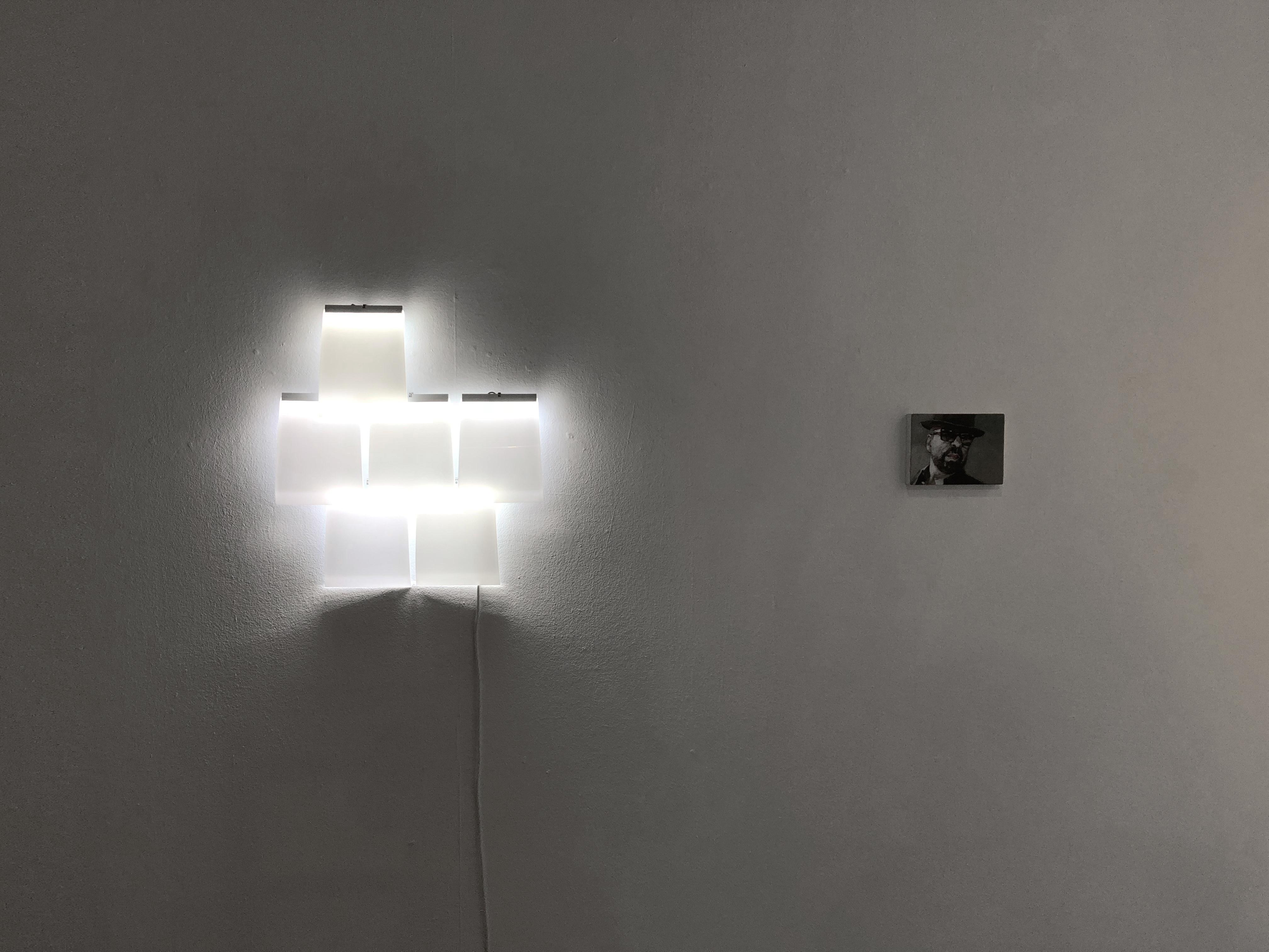 Lichtobjekt-Wand_KVD-Galerie-leuchtend