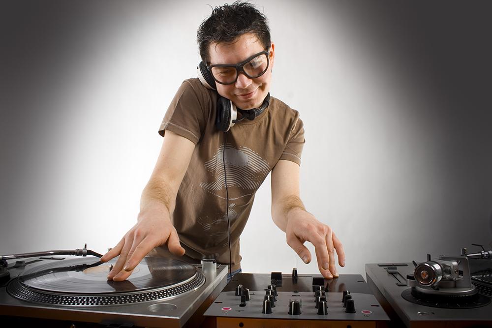 DJ는 디스코 하우스를 재생