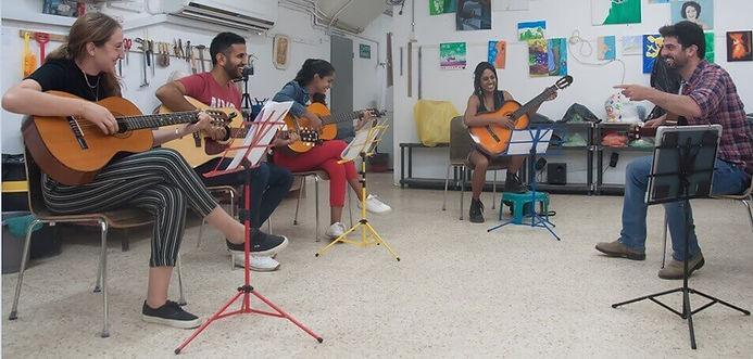 סדנת גיטרה למתחילים בקבוצה קטנה ללמוד לנגן מהר