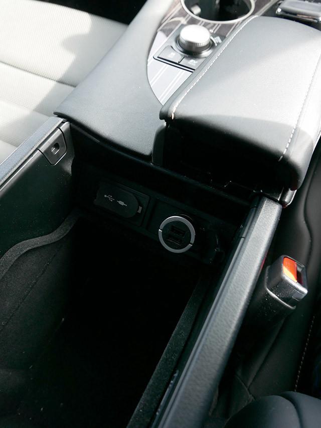レクサス RXは、センターコンソールボックスの中にも取付可能。