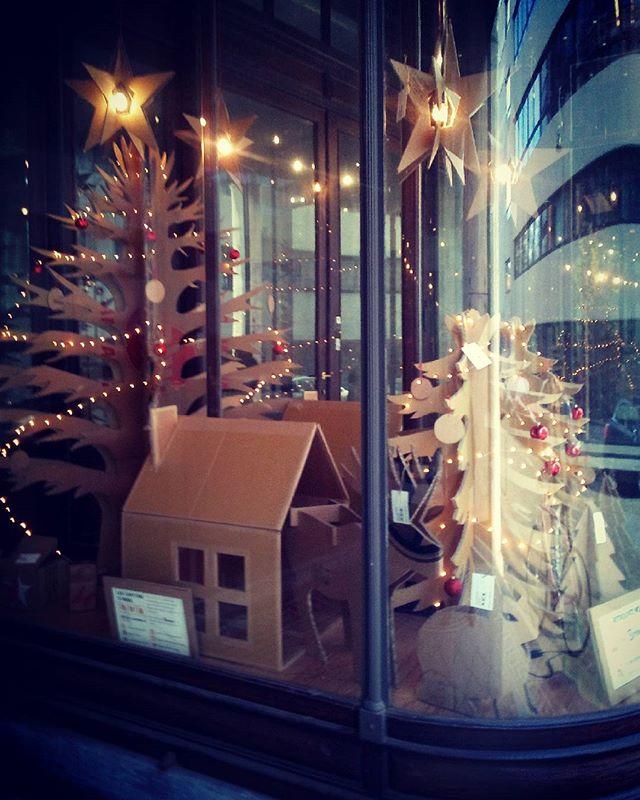 Passez voir notre vitrine de Noël rue de