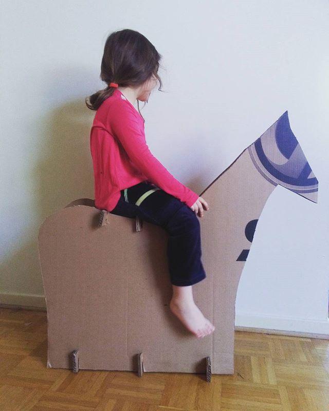 Cheval en carton