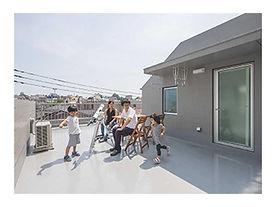 二世帯住宅の屋上で楽しむ家族