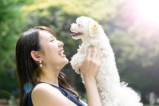 犬を抱きかかえる女性