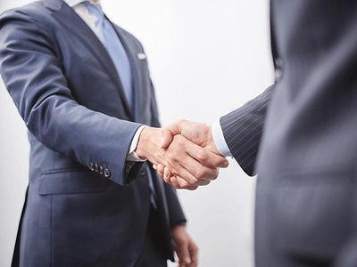 握手する二人