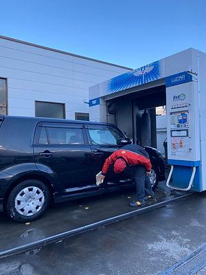 洗車する従業員
