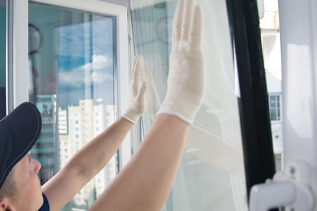 窓を修理中
