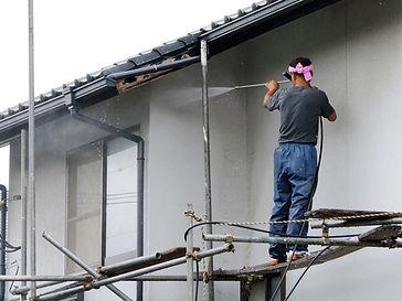 外壁工事をする男性