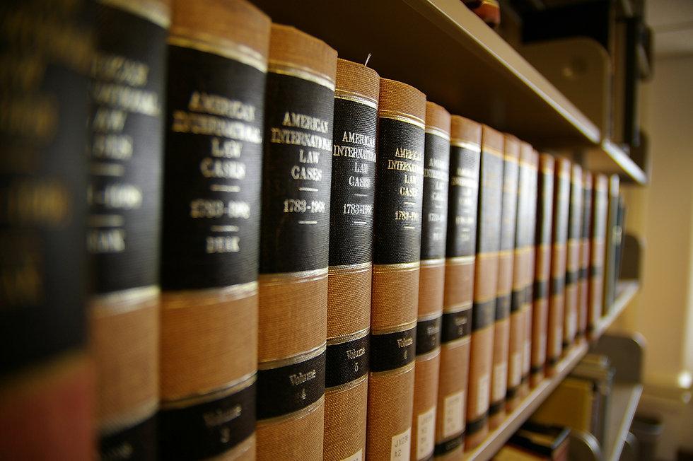 本棚に並べられている本