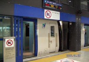 中部国際空港駅ホーム自動ドア
