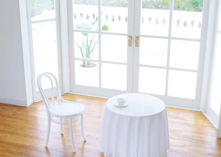 窓とテーブル