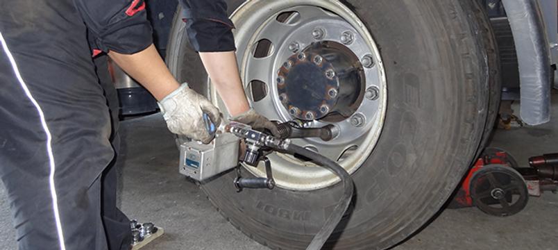 タイヤ交換するスタッフ