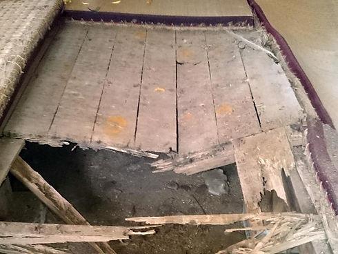 ボロボロの床