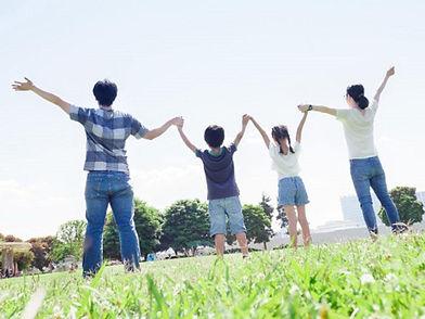 背伸びをする家族