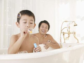 お風呂ではしゃぐ子供